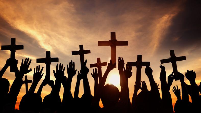Wierni z krzyżami