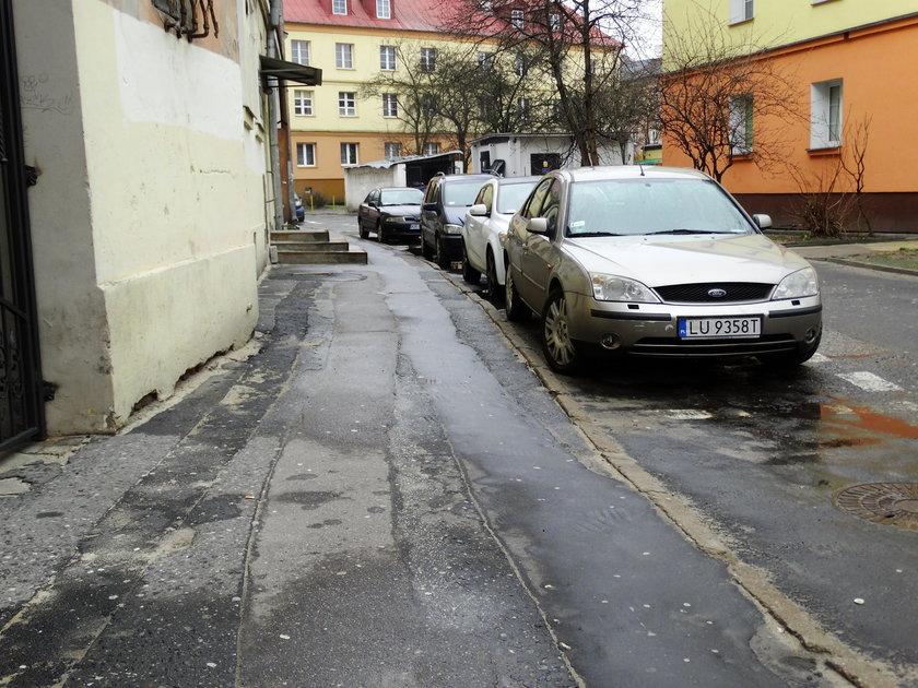 Dziurawe chodniki na Starym Mieście