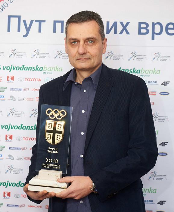 Zoran Terzić sa trofejom za najuspešnijeg trenera Srbije u izboru OKS-a za 2018. godinu