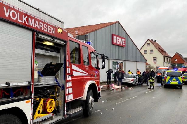 Samochód wjechał w poniedziałek w pochód karnawałowy w miasteczku Volkmarsen w Hesji w północno-zachodnich Niemczech