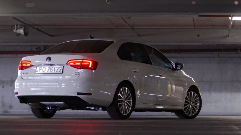 Volkswagen jetta w nowej odsłonie upodobnił się do passata. Auto jest dostępne opcjonalnie z reflektorami biksenonowymi z funkcją doświetlania zakrętów oraz z diodowymi światłami tylnymi. Volkswagen twierdzi, że specjaliści od aerodynamiki o 10 procent poprawili wartość współczynnika oporu powietrza w porównaniu do poprzedniego modelu. Nowa jetta powinna też zachowywać ciszej dzięki nowym oponom. Wymiary? 4659 mm długości, 1778 mm szerokości i 1453 mm wysokości.