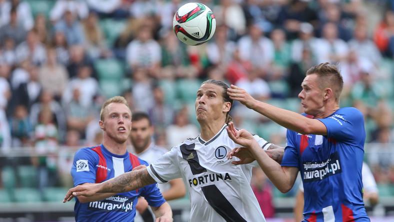Aleksandar Prijović (C) ze stołecznej Legii i Adam Deja (P) z Podbeskidzia Bielsko-Biała w meczu T-Mobile Ekstraklasy w Warszawie