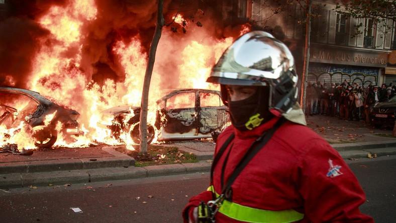 Paryż. Zamieszki i płonące pojazdy