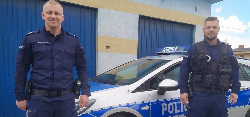 Zrozpaczona matka podbiegła do policjantów z duszącym się dzieckiem. Mogło dojść do tragedii