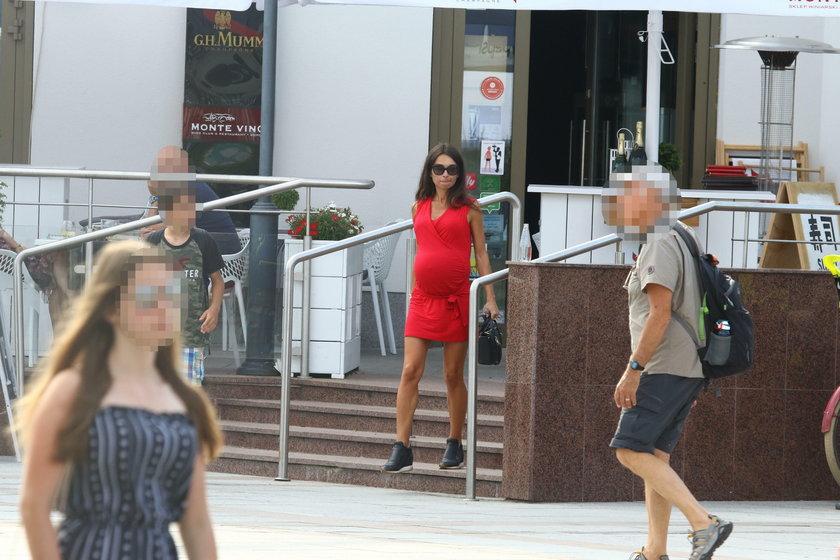 Marta Kaczyńska w czerwonej mini. Jej brzuch jest ogromny!