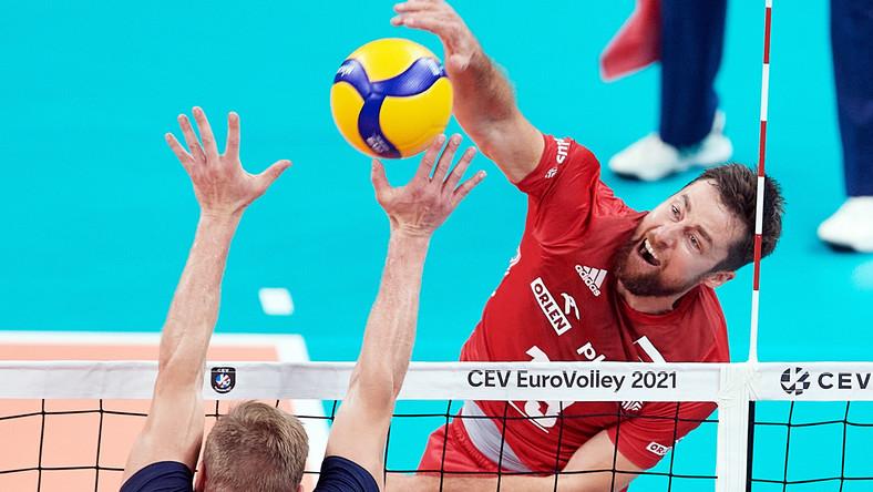 Reprezentant Polski Michał Kubiak (P) i Mikko Esko (L) z Finlandii podczas meczu 1/8 finału mistrzostw Europy siatkarzy