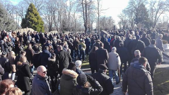 Veliki broj ljudi posle opela uputio se kao grobnom mestu
