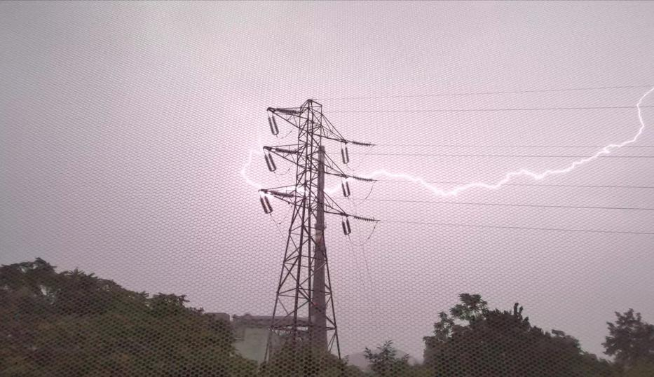 Félelmetes villámok cikáztak Tatabányán egy villanypózna körül /Fotó: Facebook