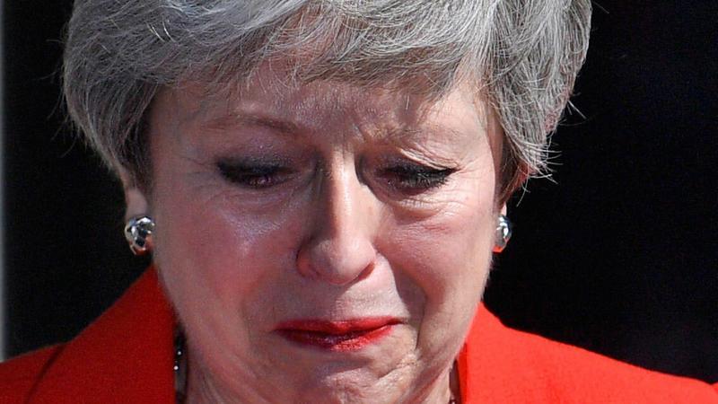 Döbbenetes felvételek: sírva, elcsukló hangon mondott le Theresa May brit miniszterelnök