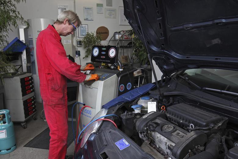 Mechanicy zajmujący się  klimatyzacjami muszą być przeszkoleni. I dobrze, bo nowe chłodziwo R1234yf to  w przypadku nieodpowiedniej obsługi wyjątkowo niebezpieczna mieszanina.