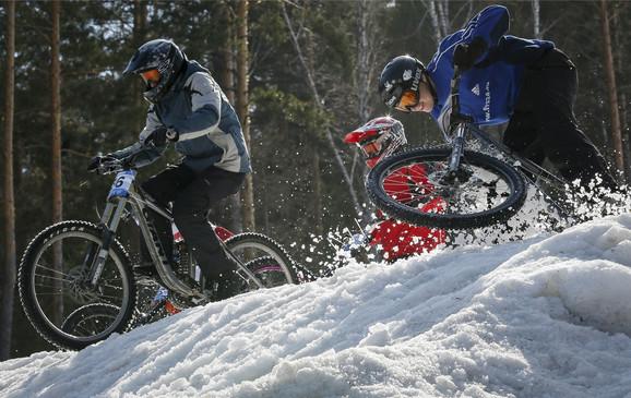 Biciklom po snežnim padinama