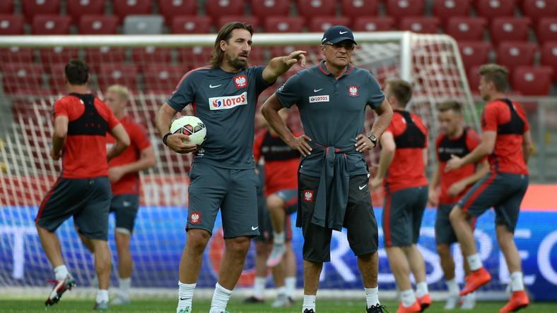 Selekcjoner Adam Nawałka (P) i Tomasz Iwan (L) podczas treningu reprezentacji Polski na Stadionie Narodowym w Warszawie