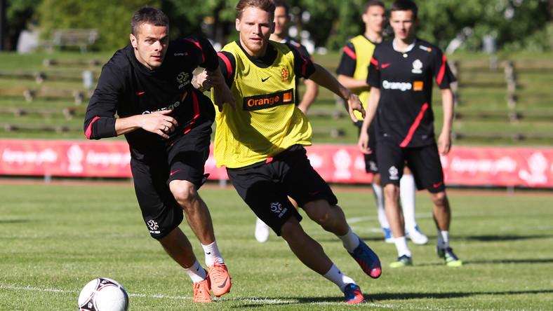 Eugen Polanski walczy o piłkę na treningu reprezentacji Polski