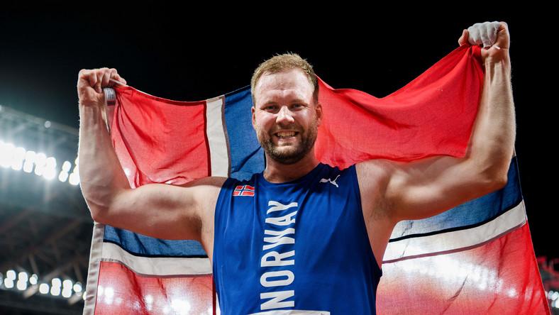 Eivind Henriksen cieszący się ze zdobycia srebrnego medalu w rzucie młotem na igrzyskach olimpijskich w Tokio