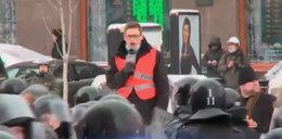 Ten chojrak to polski reporter! Sam przepędza milicję!