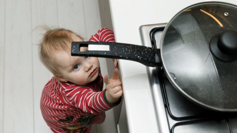 Dziecko sięga po gorący garnek