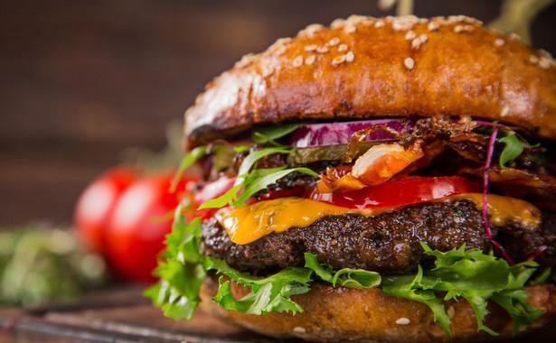 Z wyższym VAT pogodził się natomiast Circle K (dawny Statoil). Podatek na sprzedawane tam hot dogi, zapiekanki i hamburgery wynosi 8 proc. – Stosujemy się do obecnych wymogów i interpretacji – zapewnia DGP Bartosz Sroka reprezentujący spółkę.