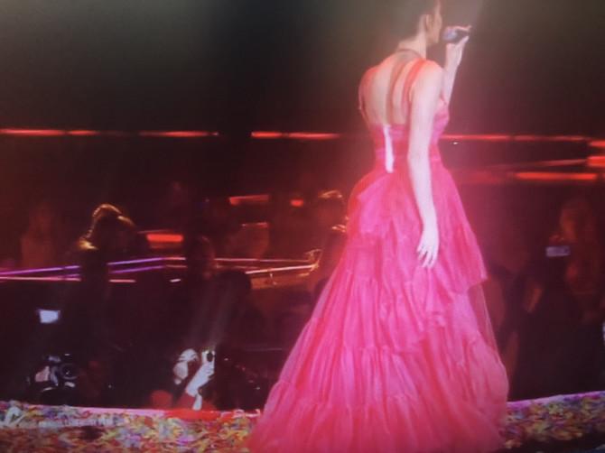 Zadnji deo haljine je naročito upadljiv