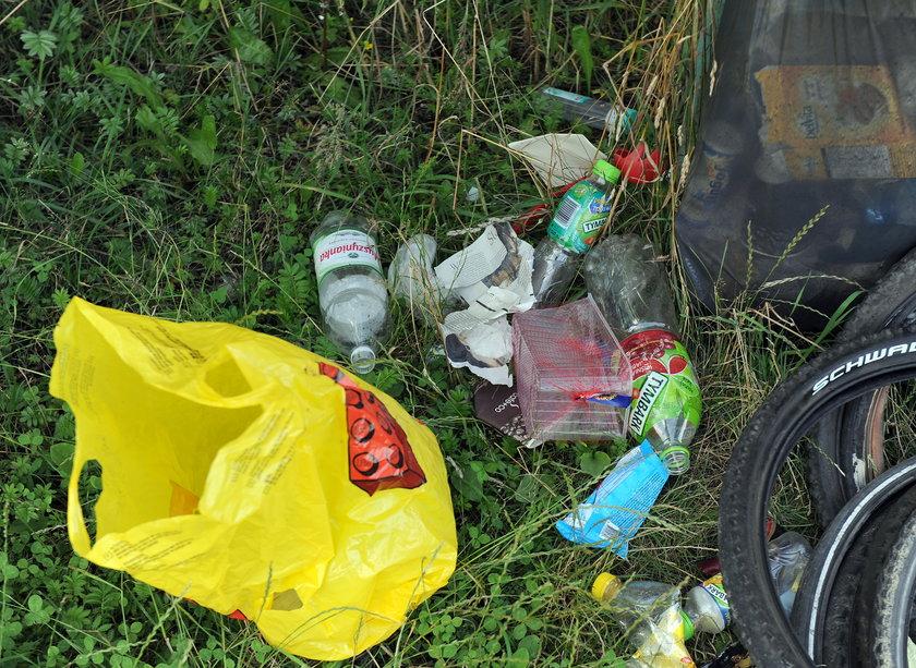 Śmieci leżą na łąkach wokół Zakrzówka