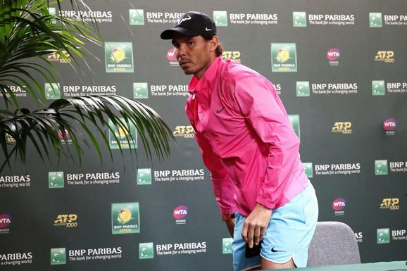 Rafael Nadal napušta konferenciju za medije na kojoj je saopštio da odustaje od polufinala Indijan Velsa