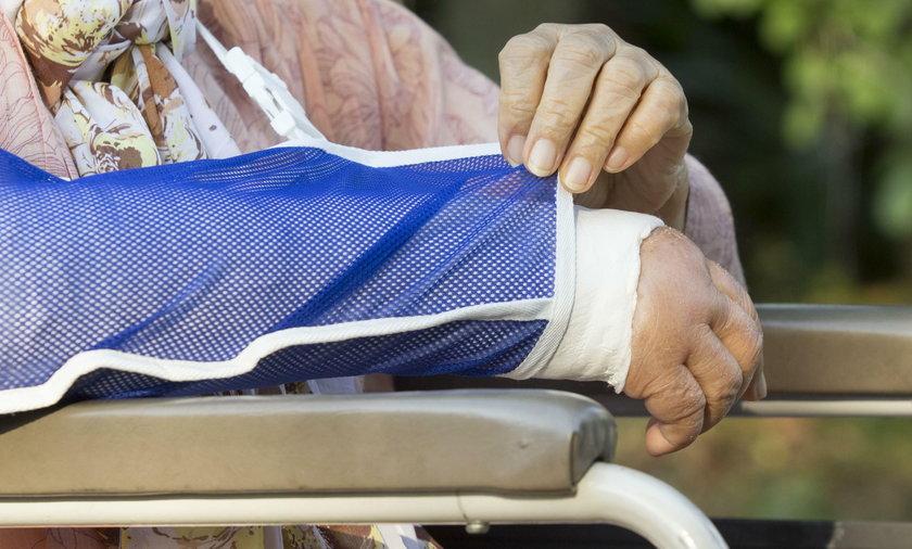 Pierwszym objawem choroby może być złamanie nadgarstka. Lepiej zapobiec takiemu rozwojowi wypadków.