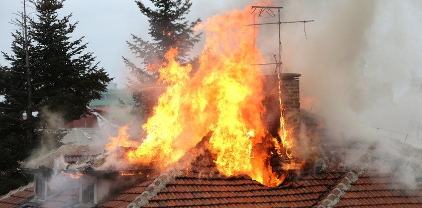 Nie wahał się ani chwili! Wyniósł kobietę z płonącego domu. Wszystko się nagrało