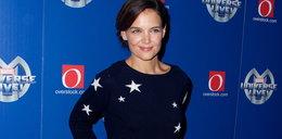Holmes włożyła sweter na czerwony dywan