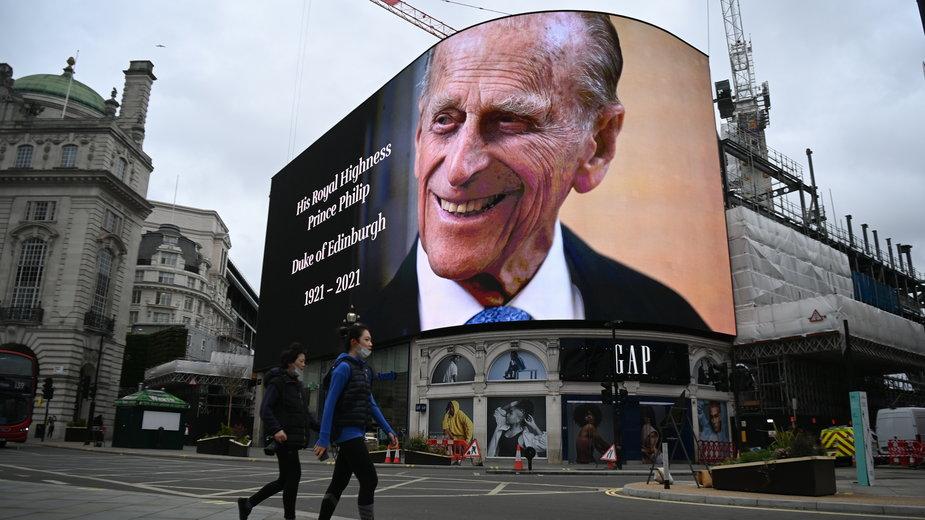 Informacja o śmierci księcia Filipa na Piccadilly Circus w Londynie