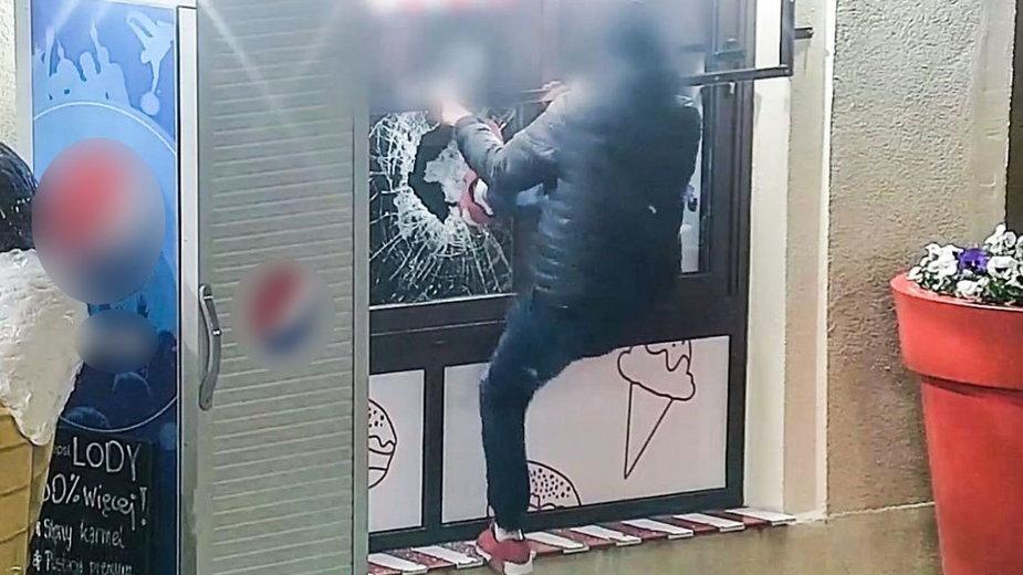 Kamery monitoringu nagrały próbę włamania do lodziarni