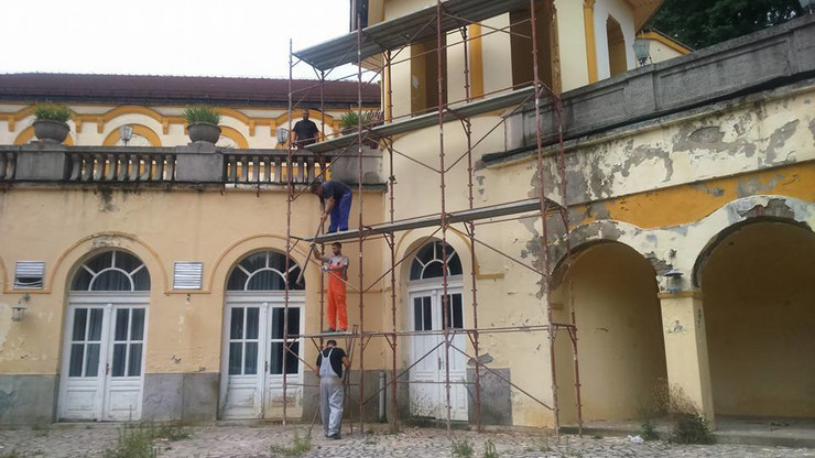 Loznica01 pocela zastita kur salona postavljaju skele za obnovu krova i oluka foto s.pajic