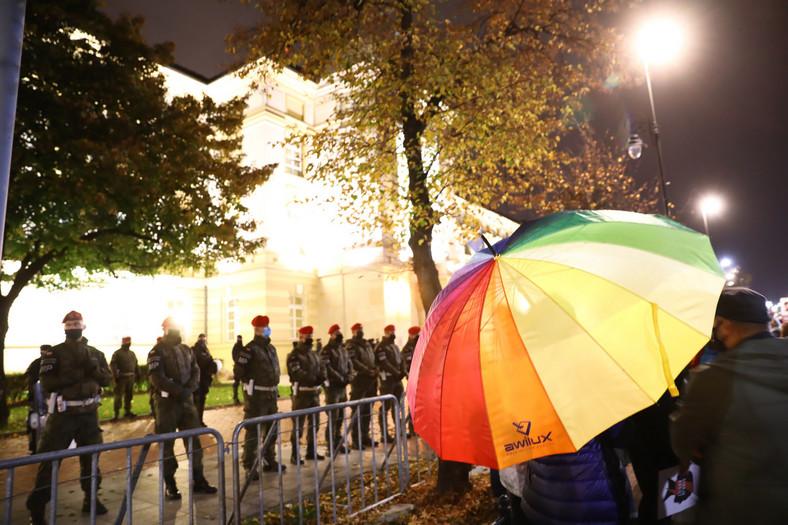 """Żandarmeria Wojskowa wspiera Policję w zabezpieczeniu protestu pod hasłem """"Na Warszawę!"""" przed siedzibą KRRM w Warszawie."""