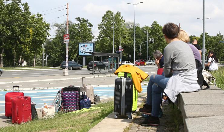 Turisti čekaju autobus