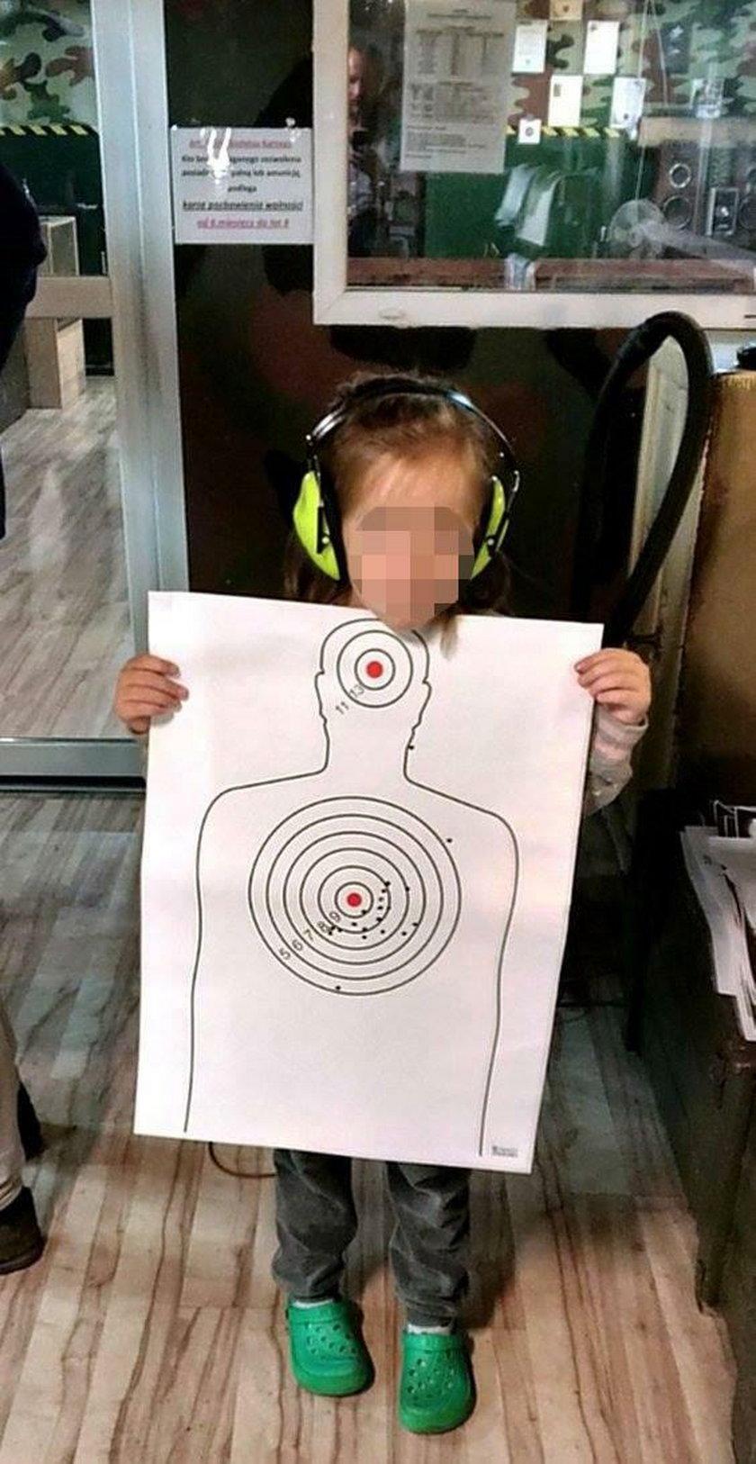 Tarnowskie Góry. 4-latka strzela na strzelnicy