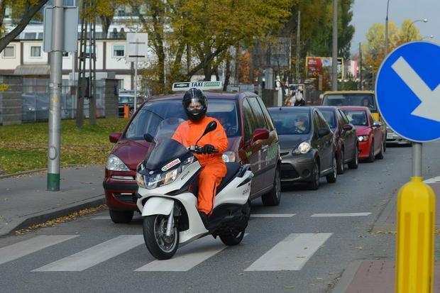 Skuter także wyprzedza stojące przed skrzyżowaniem samochody