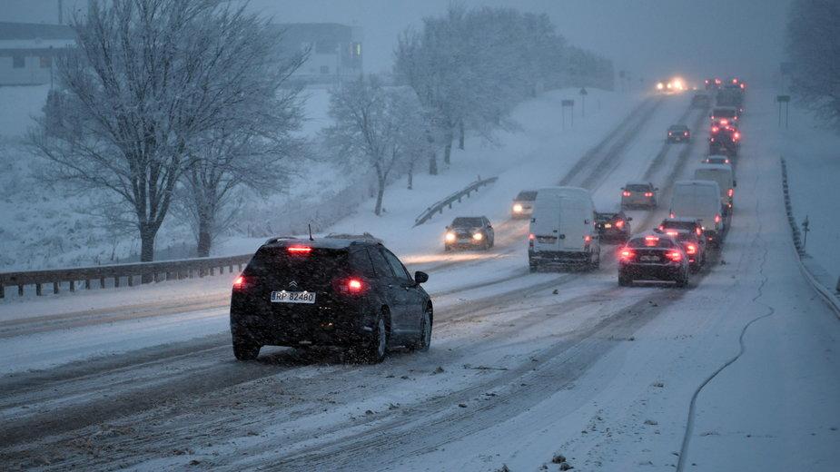 Dzisiejszy śnieg zaskoczył kierowców