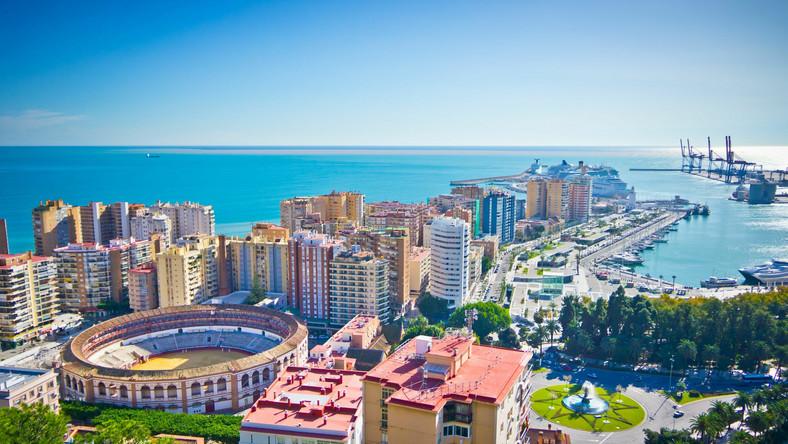 Malaga, w której gorący klimat łączy się z ognistym temperamentem Hiszpanów, słynie z tego, że na czas świąt Wielkiej Nocy zmienia się w imprezową stolicę nie tylko Costa del Sol, ale całego kraju. Za dnia w mieście odbywają się znane procesje, w trakcie których zakapturzeni mnisi przechodzą przez całe miasto. W nocy natomiast niewiele pozostaje z tych religijnych uniesień, a Hiszpanie oraz liczni turyści opuszczają place i kościoły i udają się do klubów, barów i restauracji, które pracują wówczas pełną parą. W obleganych lokalach zabawa trwa do rana, a mieszkańcy Malagi niejednokrotnie prosto z imprezy wracają na wielkanocne pochody. Jeżeli jednak nie podołalibyście takiej kilkudniowej nieustannej zabawie, możecie wypocząć jednej z pięknych miejskich plaż, gdzie w blisko 25-stopniowym upale poczujecie się, jak w szczycie lata.