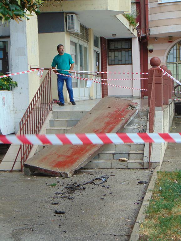 Betonksi zid pao je na stepenište gde se inače deca okupljaju svako veče!