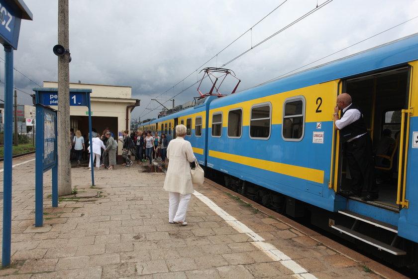 Pociąg stojący na peronie dworca w Gdańsku Wrzeszczu