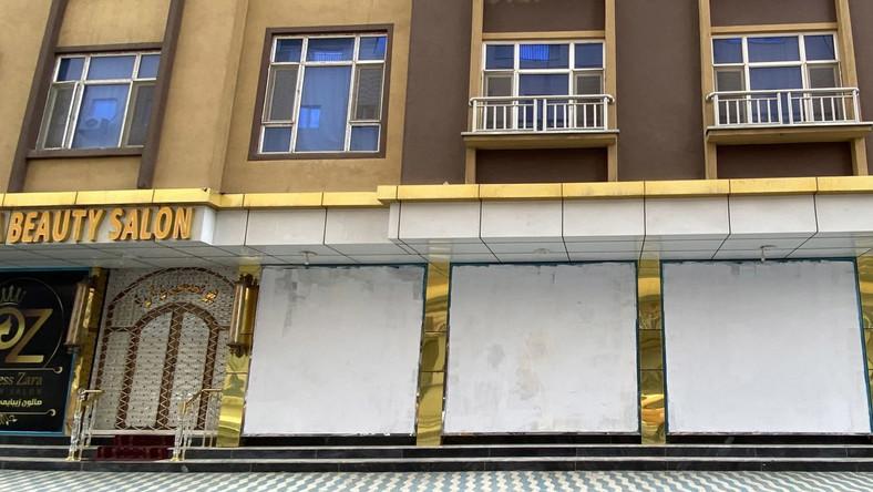 Afganistan, Kabul. Zamalowane witryny salonu urody