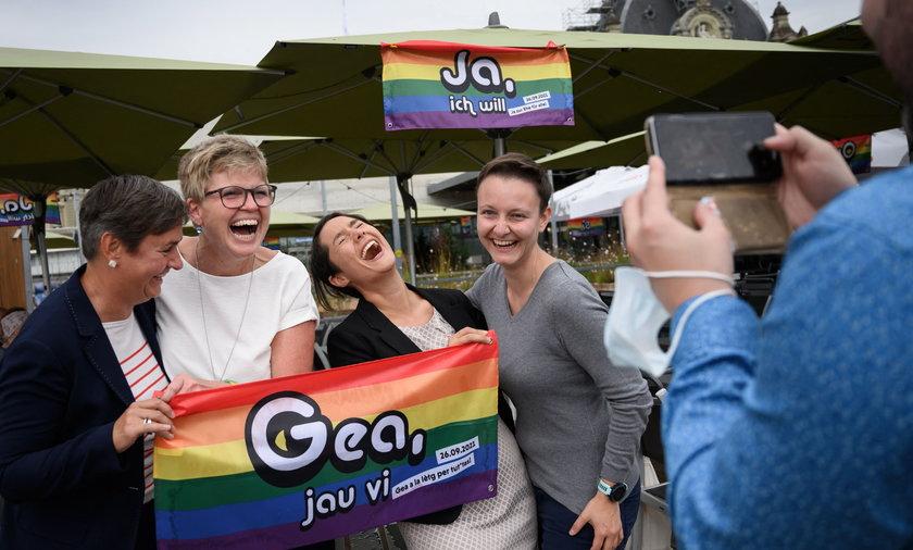 Zwolenniczki legalizacji małżeństw jednopłciowych świętują na ulicy.
