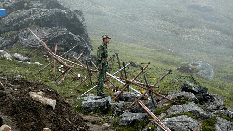 Chiński żołnierz na granicy Nathu La, fot. archiwalna