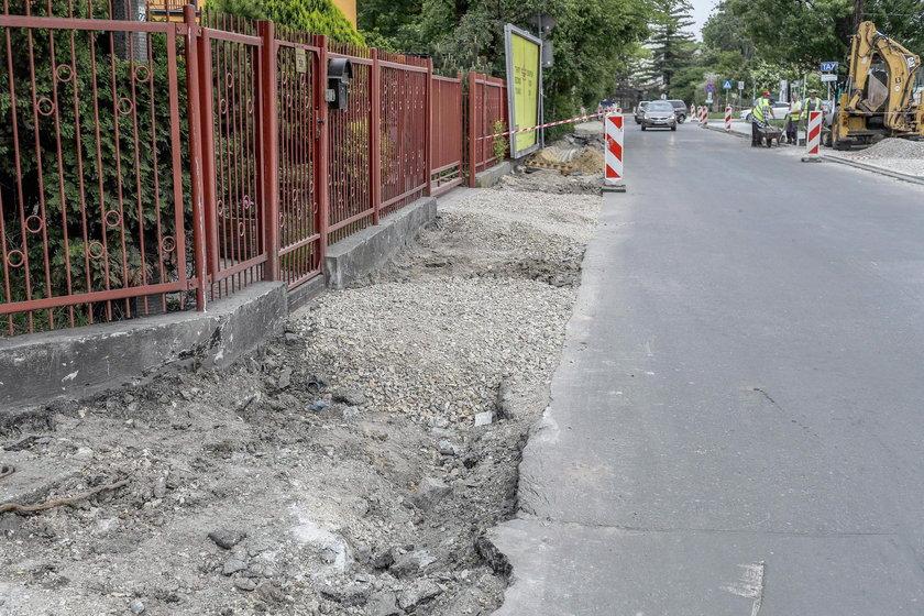 Zniszczone chodniki i jezdnie
