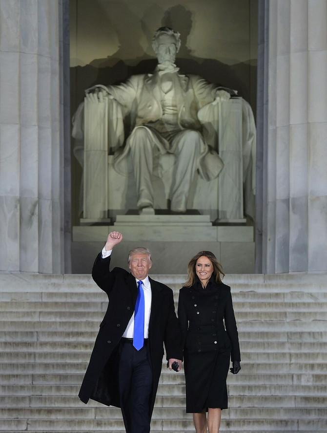 Trampovi ispred statue Abrahama Linkolna