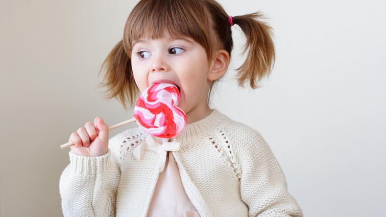 Dziewczynka je słodycze