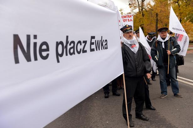 Związkowcy z regionu śląsko-dąbrowskiego manifestują przed KPRM w Warszawie