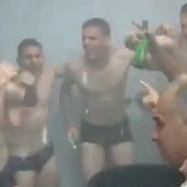 Ludnica u svlačionici Teleoptika! Fudbaleri OKUPALI legendu Partizana na proslavi prvog mesta, pa zapevali narodnjački hit /VIDEO/