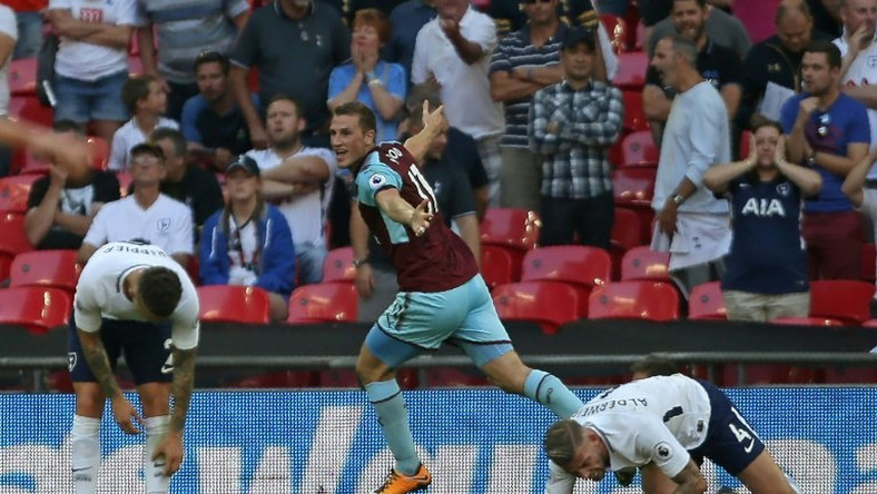 Burnley's New Zealand striker Chris Wood (C) celebrates after scoring their late equalizer during the English Premier League football match against Tottenham Hotspur August 27, 2017