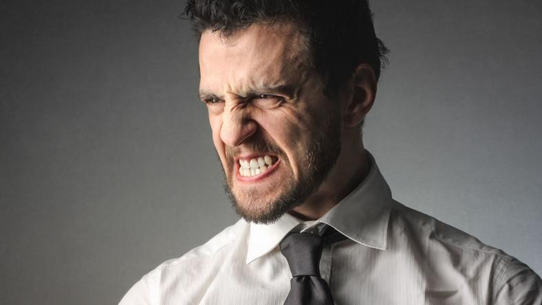 Mężczyzna jest zły, zaciska zęby