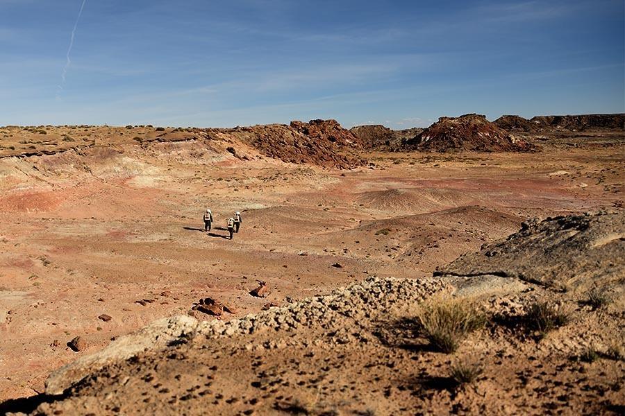 Jednym z wyzwań było szybkie nagrzewanie się skafandra w pustynnym słońcu. Analogowi astronauci mieli też problemy z łącznością.