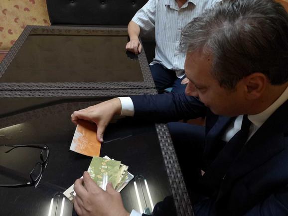 Podsećanje: Vučić sa fotografijama koje je doneo Demiri